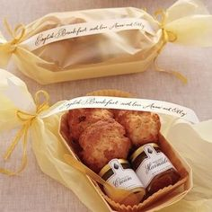 Que gentileza oferecer uma mini cesta de café da manhã na saída da festa de casamento para agradar os convidados que ficam até o último minuto, não acham? ☕ Na cestinha pode ser colocados cookies ou mini pães, geleia, manteiga e, claro, uma tag ou cartãozinho de agradecimento aos amigos festeiros que aproveitaram até o finalzinho da comemoração.  {via @pilotandoumfogao website} #cafedamanha #lembrancinha #lanche #lancherapido #festadecasamento #casamento #inspiracao #gentileza #ideiacr...