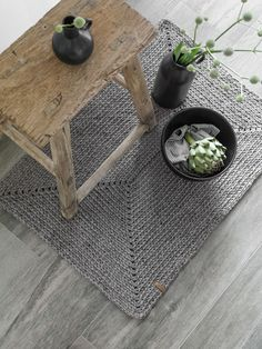 DIY From thick ribbon yarn you can crochet a rug quickly and easily. Here is the instructions for the self-crocheted carpet. Crochet Diy, Crochet Home, Diy Carpet, Rugs On Carpet, Diy Tapis, Diy 2019, Crochet Carpet, Ribbon Yarn, Textiles