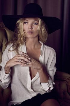 Born in January 1974 the American supermodel Kate Moss is one of the oldest and favorite models in the world. Top luxury brands like Gucci and Chanel have chosen her work for several campaigns, proving that age is nothing but a number and doesn't stop you from showing talent.