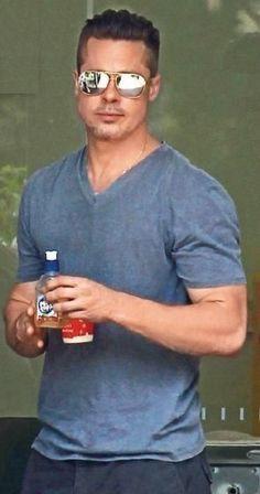 Brad Pitt Simple tshirt and jeans Brad And Angie, Brad Pitt And Angelina Jolie, Jolie Pitt, Brad Pitt Age, Brat Pitt, Brad Pitt Style, Portrait Photography Men, Jennifer Aniston, Fashion Moda