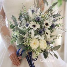 トレンドはアネモネとかすみ草のナチュラルクラッチブーケ。造花、プリザーブドフラワー、ドライフラワーでできています。 Silk Flower Bouquets, Silk Flowers, Table Decorations, Flowers, Dinner Table Decorations