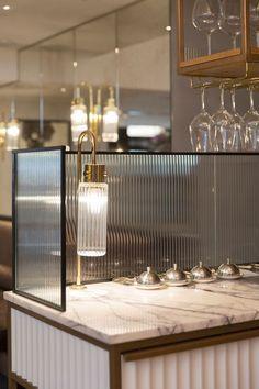 Nostálgico, os vidros texturizados ressurgem com força total!  Os vidros canelados filtram a luz e distorcem as imagens. São ideais para criar privacidade e limitar ambientes, sem a necessidade de paredes com materiais mais pesados que bloqueiam a iluminação natural.