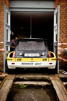 Tight fit for this Renault 5 Turbo AWE Fahrzeugmuseum Eisenach Wartburg - Rallye Fotoshooting