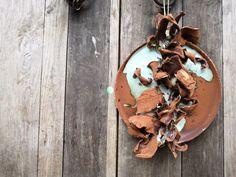 Unsere Künstlerserien sind exklusiv für uns angefertigte hochwertige Porzellanserien und Keramikserien moderner Keramikkünstler. Sie arbeiten an den Orten der historischen Brennöfen, der sogenannten Wiege der Porzellanherstellung. Die Keramikkünstler greifen traditionelle Formen, Farben und Dessins auf und interpretieren sie auf neue, zeitgenössische Art. Wood Watch, China, Japan, Design, Accessories, Rusty Metal, Objects, Wooden Clock, Wooden Watch