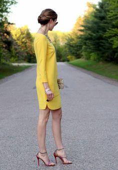 mini robe jaune aux manches longues, tenue chic, tenue casual, sandales rouges aux talons aiguilles, modèle élégant, tenue de cérémonie femme