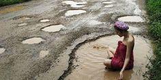 Κι όμως είχε αποτέλεσμα - Μοντέλο διαμαρτύρεται για το οδικό δίκτυο κολυμπώντας στις... λακκούβες!