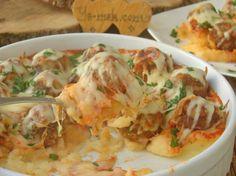 İlk olarak 5 adet orta boy patatesin kabuklarını soyun. Patatesleri 3-4 parçaya kesin. Derin bir tencere içine koyup, üzerini geçecek kadar su ve az miktar