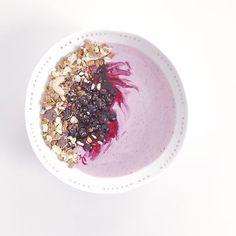Könnte ich zur Zeit immer essen! Pinke Smoothie Bowl mit warmen Blaubeeren (im letzten Sommer selbst eingefroren und jetzt sind meine Vorräte bald aufgebraucht...) und meinem derzeit liebsten Müsli dem Earl Grey Granola von @mymuesli    #allday #pink #smoothiebowl #granola #blueberries #breakfastisalwaysagoodidea #lieblingsessen #gehtimmer #tgif #4moresmoothies