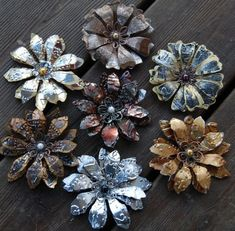 metal flowers, pop cans, glue, and paint? Aluminum Can Crafts, Aluminum Cans, Metal Crafts, Tin Can Flowers, Metal Flowers, Aluminum Can Flowers, Paper Flowers, Metal Tape Art, Recycled Crafts