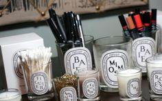 """""""Baví mě, když koupelna dobře vypadá, a ještě k tomu hezky voní,"""" říká přední česká dekorová stylistka Klára Tománková. Co ráda používá? Kde mýdla, svíčky, nebo plnitelné dózičky kupuje? A jakou kosmetiku má v koupelně Bára Karpíšková alias Bjukitchen?"""