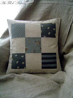 Housse de coussin en patchwork de bleus et lin // par AuFildAntan, €26.50
