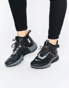 ¡Cómpralo ya!. Zapatillas de deporte abotinadas con diseño utilitario en negro Air Presto de Nike. Zapatillas de deporte de Nike, Exterior de cuero, Cierre de cordones, Borde con forma de calcetín, Con dos trabillas, Cierre con cremallera lateral, Logo de la marca, Capas suaves, Suela gruesa de la marca, Dibujo moldeado, Limpiar con un paño húmedo, 50% textil, 50% otros materiales. Nike domina la industria de la ropa de deporte dando un toque fresco y a la última a prendas casual. Las ...