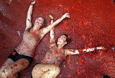 """Tomatina fesztivál a kelet-spanyolországi Bunolban. Az idén rekordmennyiségű, 150 tonna paradicsomot dobálnak szét a mulatságban résztvevők. Nézd minden nap a """"Nap Képeit"""" az Origón!   Fotó:Alberto Saiz MTI"""