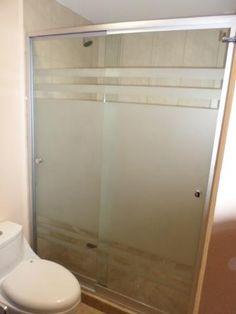 Nuestros canceles para baño en vidrio templado y en aluminio cuentan con una amplia gama de diseños en esmeril, en modelos abatibles, en escuadra y corredizos son totalmente seguros y con acabados de lujo completamente sellados para garantizar nuestro trabajo. Glass Bathroom Door, Bathroom Shelf Decor, Glass Door, Bathroom Storage, Frosted Shower Doors, Glass Shower Doors, Modern Bathroom, Master Bathroom, Cabin Bathrooms