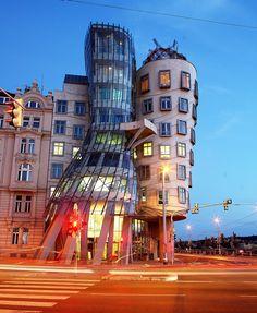 """""""La maison dansante"""" (ou maison qui danse) est le surnom donné à l'immeuble Nationale-Nederlanden - Prague - République tchèque  - Construit entre 1994 et 1996 sur un projet des architectes Vlado Milunic et Frank Gehry, ce bâtiment est l'une des plus extraordinaires curiosités de la ville."""