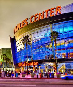 Los Angeles Staples Center home of the LA Kings, awesome concerts.and some other sports teams ;-) go to see a game of basket ball Los Angeles Clippers, Los Angeles Lakers, Beverly Hills, Places To Travel, Places To See, Lakers Game, Kings Hockey, Staples Center, Basketball