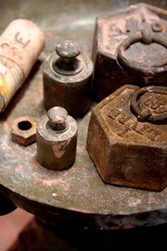 Autrefois, sur les marchés, les marchands pesaient les fruits et légumes avec ces poids hexagonaux.