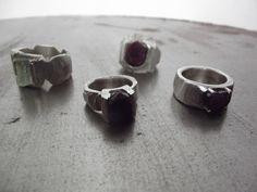Ik gebruik alleen edelmetalen en edelstenen, vaak in ruwe onafgewerkte vorm. Deze stenen zoek ik in binnen- en buitenland en op mineraalbeurzen. Uit deze ruwe vormen ontstaan weer ander vormen. Mijn stijl is nooit strak. Ruwe robijnen en aquamarijnen zitten in de collectie. Als het juweel past kan het meteen meegenomen worden. De ringen kunnen op maat besteld worden.