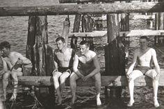 Nuoria miehiä sillalla vanhassa valokuvassa