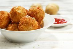 This Mashed Potato Balls Recipe is oven baked and highly addictive. They are easy, cheesy and super tasty. Watch the quick video now. Mashed Potato Balls Recipe, Baked Mashed Potatoes, Baked Potato Oven, Making Mashed Potatoes, Oven Baked, Easy Corn Fritters, Potato Croquettes, Mozzarella, Valeur Nutritive