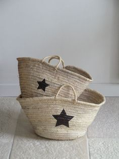 diy star baskets - all you need is a basket, a star template, a black marker and 15 minutes! Same idea but diff template in closets & kids play room Diy Projects To Try, Craft Projects, Painted Baskets, Wicker Baskets, Diy Sac, Star Template, Star Stencil, Blog Deco, Basket Bag