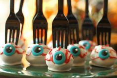 Best idea EVER for a Halloween bake sale - eyeball cake pops with a fork stuck in them! Gross, and easy to serve, perfect. Great for a lunchbox treat too. This is perfect for my Halloween spooky eyeballs! Halloween Desserts, Plat Halloween, Halloween Eyeballs, Halloween Baking, Theme Halloween, Halloween Goodies, Halloween Food For Party, Halloween 2018, Holidays Halloween