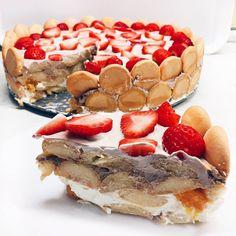 Niet nad klasiku 😍 Piškótová tortička s ovocím 🍰🍰  Potrebuješ: 2 veľké balenia piškót Grécky jogurt ( ja som použila veľké 1 kg balenie z Lidla) 3 ks vanilkový cukor 1 konzerva mandarínok 1 banán 250g jahôd 2 PL kakaa  1. Vrstva Na dno tortovej formy naukladáme piškóty, pokvapkáme šťavou z mandaríniek, nanesieme prvú vrstvu jogurtu zmiešaného s vanilkovým cukrom a mandarínky.  2. Vrstva Postup opakujeme, len do jogurtu pridáme kakao a na krém naukladáme kolieska banánu.  3. Vrstva Znova…