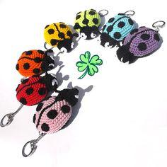 Beruška - háčkovaný přívěsek | Hrajeme si háčkováním hraček Crochet Bookmarks, Crochet Toys, Textile Art, Crochet Projects, Minnie Mouse, Crochet Earrings, Crochet Patterns, Miniatures, Knitting