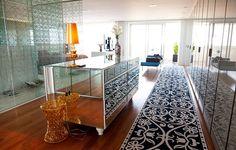 Nesta suíte, a cômoda espelhada, desenhada pelo designer Marcelo Rosenbaum, responsável pelo projeto, reflete a passadeira Model 11, de Marcel Wanders para a Moooi