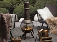 Bring a touch of old-time glam to your outdoors with this fire pit. Made from robust steel, the piece perfectly complements gardens in modern, traditional and vintage decor. Lounge Furniture, Upholstered Furniture, Garden Furniture, Outdoor Furniture Sets, Outdoor Decor, Color Cobrizo, Wood Charcoal, Classic Garden, Fire Table