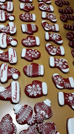 Ceramic Christmas Decorations, Christmas Desserts, Christmas Treats, Fancy Cookies, Holiday Cookies, Biscuit Cookies, Sugar Cookies, Christmas Gingerbread, Gingerbread Cookies
