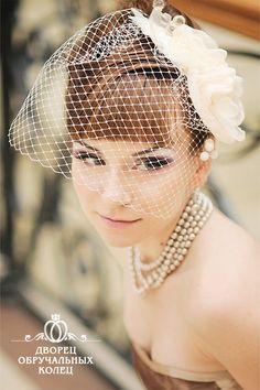 Свадебная мода очень демократична к современным молодоженам. Она не предусматривает наличие строгих канонов относительно выбора диадемы, фаты, шляпки. Каждая девушка вправе сама решать, какой стиль выбрать для своей свадьбы. Но важно подобрать обувь, платье и аксессуары так, чтобы создать единый гармоничный образ, который придется по душе не только новобрачной, но и всем собравшимся.