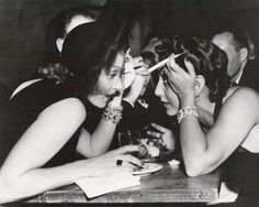 Marlene Dietrich y Ann Warner. (Están tomando unos tragos en el Trocadero, un night club de Los Angeles, a fines de 1939)