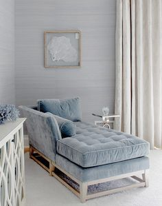 Who doesn't love to have a chaise longue in their home? The chaise lounge is kind of comfortable furniture with its long shape. Some people call this kind of Awesome grey velvet tufted chaise, photo from VT Interiors via this is glamorous.  this chaise House Of Turquoise, Chaise Longue Design, Chaise Lounges, Style At Home, Home Fashion, Style Fashion, Bedroom Decor, Bedroom Colors, Blue Bedroom
