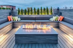 Outdoor, Contemporary Deck With U Shaped Bench Seating Around Modern Gas Fire Pit: Furniture for Horizontal House Construction Exterior Idea Sunken Fire Pits, Deck Fire Pit, Fire Pit Backyard, Backyard Patio, Gas Fire Pits, Garden Fire Pit, Rooftop Patio, Backyard Landscaping, Backyard Ideas