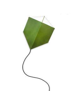 Blog da Revestir.com: Luminária Pipa! Armazém 43, do Estúdio Rika, traz a simplicidade do cotidiano e o trabalho feito a mão. Clássico brinquedo e passatempo de muitas crianças do Brasil, a pipa traz memória afetiva para o design.