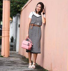 Look do dia inspirador e super trend, com sobreposição e comprimento midi, Melissa Flox + Vitorino Campos para completar o look. A bolsa rosa da Colcci traz uma cor ao look.