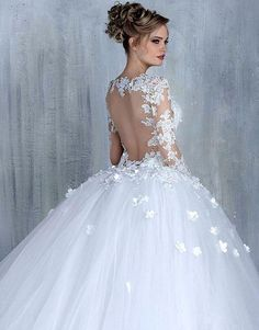 Discover the most beautiful wedding dresses from the collection of wedding dresses. the perfect wedding dress is easy to find with these models. Unique, elegant and beautiful wedding dresses. Find Your Dream wedding dress. White Wedding Dresses, Bridal Dresses, Wedding Gowns, Backless Wedding, Formal Dresses, Wedding White, Long Dresses, Wedding Ceremony, Lace Wedding