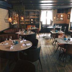 I Restaurant Ellen er menyen blitt mer moderne og følger trendene i markedet. Kokkene har utviklet et nytt og spennende konsept, Arctic Fusion, der de fusjonerer det arktiske kjøkkenet med det internasjonale. All maten er laget fra bunnen av og med kjærlighet og lokale produsenter leverer råvarene. Du finner Restaurant Ellen - hele byens restaurant - i ærverdige Fru Haugans Hotel i Sjøgata i Mosjøen. Table Settings, Restaurant, Diner Restaurant, Place Settings, Restaurants, Dining, Tablescapes