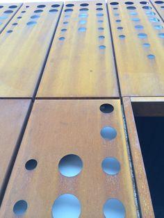 El Sistema SCREENDOT está formado por paneles metálicos lisos o perforados, con juntas abiertas. Se pueden colocar con el sistema encastrable o con el sistema de perchas de aluminio A+B. Se fabrican en acero, en aluminio o en acero Cortén, este acero tiene la particularidad de marcar el paso del tiempo mediante el proceso de oxidación, esto produce cambios de tonos que forman parte del proyecto. Es de fácil montaje y puede usarse en sentido horizontal o vertical sobre planos rectos o…