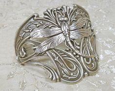 Hey, j'ai trouvé ce super article sur Etsy, chez https://www.etsy.com/fr/listing/102979082/art-nouveau-bijoux-libellule-cuff