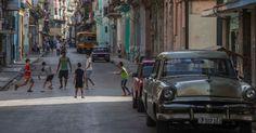 Crianças jogam bola em rua de Havana; em 1975, na visita de Fernando Morais, o esporte nacional era o beisebol, e o país se destacava, sendo campeão mundial por anos sucessivos. Hoje o beisebol está perdendo espaço, trocado pelo futebol. A transmissão pela TV de jogos do Campeonato Espanhol atrai os mais jovens. Cristiano Ronaldo e Messi são ídolos. Pelas ruas, encontram-se cubanos vestindo camisas de futebol. Cuba não é mais a campeã de beisebol há vários anos