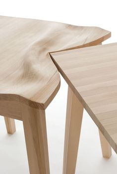 Tables choquées   Suzy Lelièvre, 2011, hêtre massif, 2 tables, chacune 68 x 74 x 74 cm