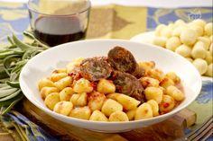 Gli gnocchi coi Useleti sono un primo piatto molto saporito a base di gnocchi e carne bovina. Gli gnocchi coi useleti sono un piatto che può essere cucinato tutti i mesi dell'anno.