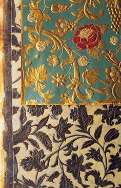 金唐紙 江戸時代に流行した、立体的に唐草文様を表した箔(はく)使いの舶来革製莨(たばこ)入れ。金唐革(きんから