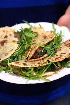 Chiili Rápido com Feijão preto em Tortilhas com Rucula e Abacate - http://gostinhos.com/chiili-rapido-com-feijao-preto-em-tortilhas-com-rucula-e-abacate/