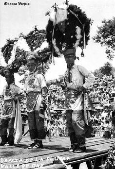 Danzantes de la Pluma en Cd. de Oaxaca , Oaxaca Mexico ,,,, 4