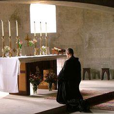 claro-creek-abbey-ajoelhada-em-oração