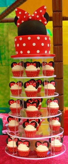 Scarlett would die, she LOVES Minnie Mouse! Minnie mouse cake and cupcakes Minni Mouse Cake, Bolo Da Minnie Mouse, Minnie Mouse Theme, Minnie Mouse Candy Bar, Minnie Mouse Cupcake Cake, Minnie Mouse Cookies, First Birthday Parties, Girl Birthday, Birthday Ideas