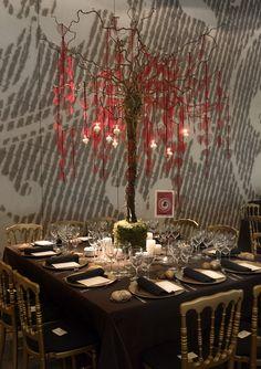 Espectacular este centro de mesa con árbol, suaves hojas rojas y velas colgantes {Decoración floral: Mar de Flores} #weddingdecoration #decoracionbodas #tendenciasdebodas